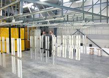 Handhängebahn mit Schiebebrücke in einer Lackiererei / Pulverbeschichtung