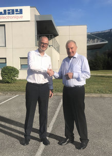François Bernès, CEO Conductix-Wampfler und Olivier Normand, CEO Jay Electronique besiegeln die erfolgreiche Übernahme von Jay Electronique durch Conductix-Wampfler