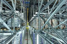 Satellitenlager mit 2 Regalbediengeräten mit vollautomatischer Anbindung an die Produktion