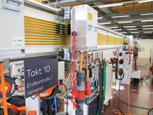 Kontinuierliche Energiezuführung zu Fliessmontageplätze im Maschinenbau