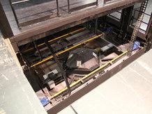 Drehbühne mit integriertem Hubpodest in einem Theater