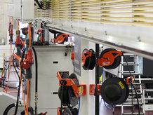 Energie-,Druckluft und Kühlmittelzuführung zu Fliessmontageplätze im Maschinenbau