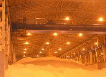 2 Prozess-Brückenkrane in einem Stickstoffdünger Lager [Hauptstromzuführung]
